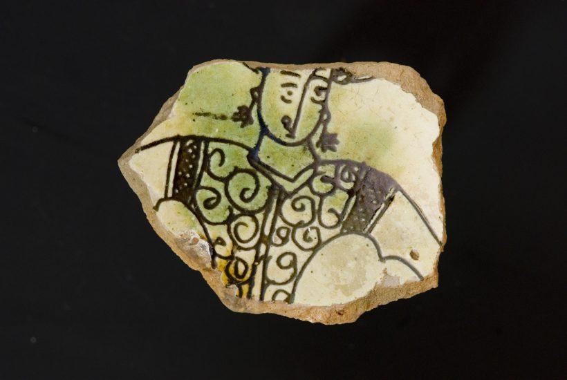 Θραύσμα εφυαλωμένης κούπας με εγχάρακτη απεικόνιση γυναικείας μορφής