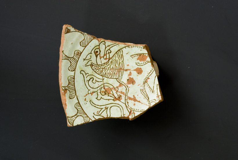 Τμήμα εφυαλωμένης κούπας με εγχάρακτη απεικόνιση δράκοντα