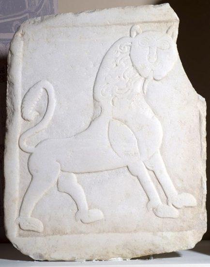 Θωράκιο τέμπλου με διακόσμηση λιονταριού σε βηματισμό.