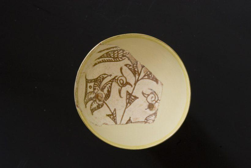 Εφυαλωμένη κούπα με εγχάρακτη φυτική διακόσμηση