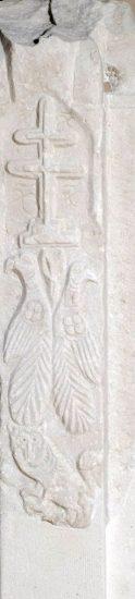 Πεσσίσκος μαρμάρινου τέμπλου με διακοσμητικά μοτίβα και μορφές ζώων