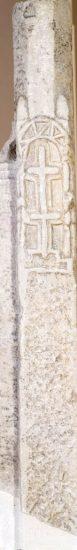 Πεσσίσκος μαρμάρινου τέμπλου με ανάγλυφη διακόσμηση